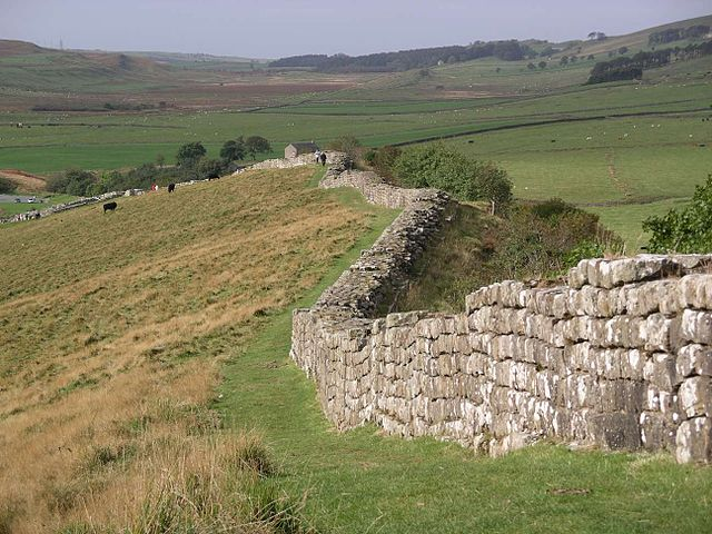 640px-hadrians_wall_at_greenhead_lough